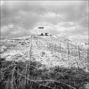 Photo: ECPAD. Barrage électrifié le long de la frontière tunisienne. A El Ma-el-Abiod, un poste électrifié érigé sur le barrage dans les monts de Tebessa, dans la région de Constantine. Octobre 1959. Photographe: Beauvais.