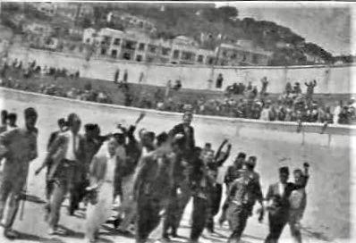 Messali Hadj porté en triomphe à l'issue de son discours, El-Ouma n° 42, 26 août 1936.