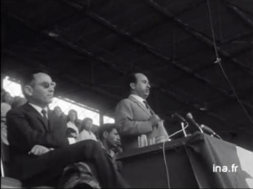 Ben Khedda écoutant l'allocution de Krim Belkacem avant de prononcer son propre discours (JT, 10 juillet 1962, INA, captures d'écran)